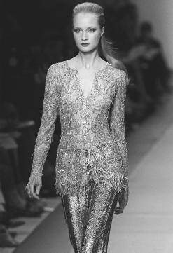 Pierre Balmain, fall/winter 2000-01 haute couture collection: fringed transparent top over silver metallic pants designed by Oscar de la Renta. © AFP/CORBIS.