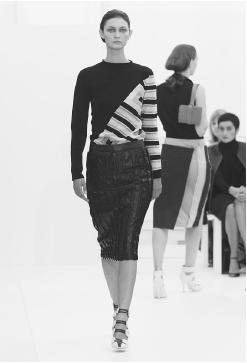 Burberry, spring 2001 collection. © AP/Wide World Photos/Fashion Wire Daily.