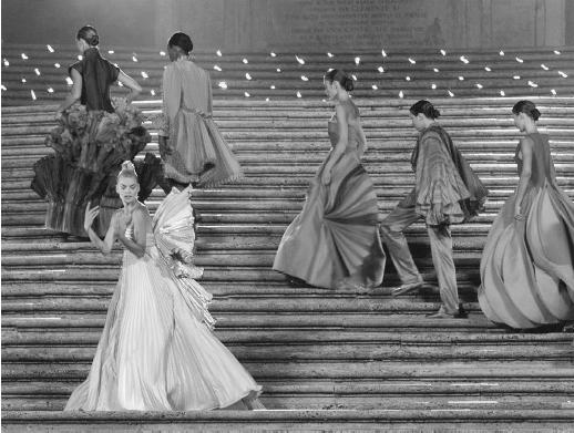 "Eveningwear by Roberto Capucci, modeled on the Spanish Steps in Rome during the ""Donna sotto le stelle"" (""Women Under the Stars"") fashion gala, 1999. © AP/Wide World Photos."