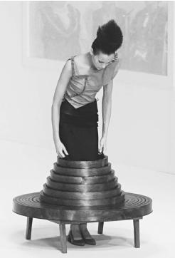 Hussein Chalayan, winter 2000 collection: demonstration of how a table becomes a skirt. © AP/Wide World Photos.