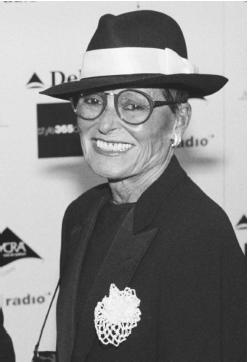 Liz Claiborne in 2000, at the Council of Fashion Designers of America awards. © AP/Wide World Photos.