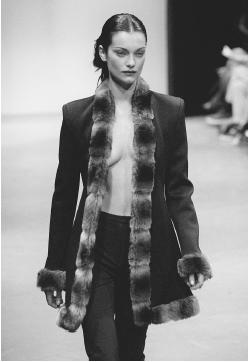 Mark Eisen, fall 1997 collection: stretch jacket with a faux fur collar and wide leg pants. © AP/Wide World Photos.