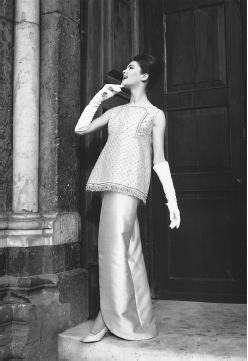 Alberto Fabiani, spring/summer 1963 collection: two-piece evening dress with the top embroidered in rhinestones and gold, and silver-colored fringe. © AP/Wide World Photos.