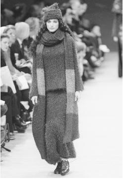 Kenzo, autumn/winter 1999-2000 ready-to-wear collection: wool knit ensemble. © AFP/CORBIS.