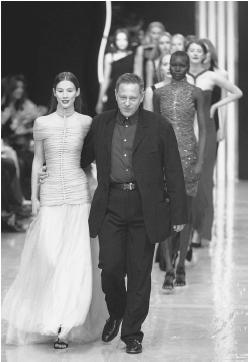 Hervé Léger walking down the catwalk with his models after showing his autumn/winter 1999-2000 ready-to-wear collection. © AFP/CORBIS.