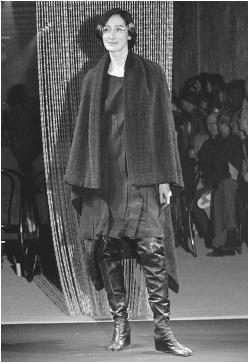 Martin Margiela, fall 2001 collection. © AP/Wide World Photos/Fashion Wire Daily.