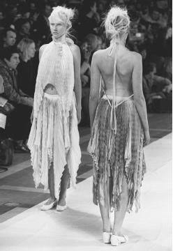 Issey Miyake, spring/summer 2001 ready-to-wear collection. © AFP/CORBIS.
