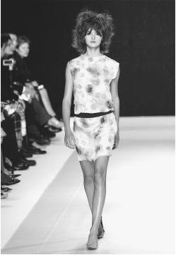 Martine Sitbon, spring 2001 collection. © AP/Wide World Photos/Fashion Wire Daily.