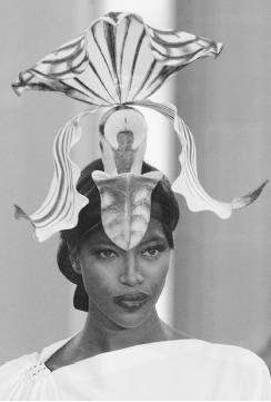 Philip Treacy, spring/summer 2000 haute couture collection. © AP/Wide World Photos.