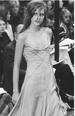 Richard Tyler, fall 2001 collection: silk chiffon diagonal pintucked/stitched dress. © AFP/CORBIS.