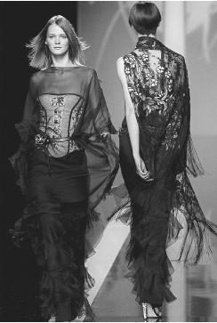 Valentino, spring/summer 2002 ready-to-wear collection. © AFP/CORBIS.