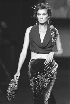 Victorio y Lucchino, fall 2001 collection: velvet skirt and top. © AFP/CORBIS.