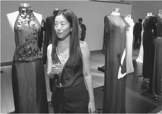 "Vera Wang with her gowns for the ""China Without Borders"" exhibition at Sotheby's in New York, 2001. © AFP/CORBIS."